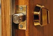 Монтування замків в металічні та дерев'яні двері.