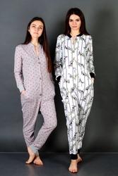 Уютная пижама-комбинезон с вырезом..